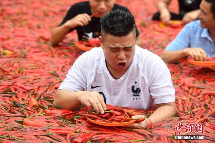 Anh Đường Suất Huy là người chiến thắng trong cuộc thi ăn ớt cay với thành tích ăn 50 trái ớt siêu cay trong vòng 1 phút.