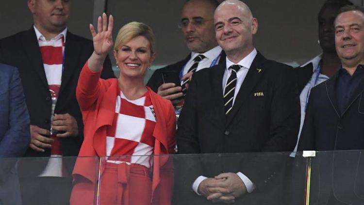 Xuất hiện trên hàng ghế khán đài trong trận tứ kế World Cup 2018, Tổng thống Croatia Kolinda Grabar-Kitarovic nổi bật với màu áo Croatia. Bà khéo léo kết hợp áo cầu thủ với bộ suit thanh lịch, áo khoác ngoài và quần suit cùng màu vừa thanh lịch vừa thể hiện tình yêu đối với đội bóng nước nhà.