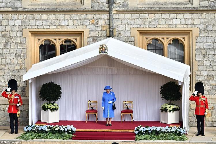 Cuộc gặp đã không khởi đầu tốt đẹp khi ông Trump để Nữ hoàng Anh, 92 tuổi, chờ từ 12 - 15 phút giữa thời tiết 27 độ C. Ảnh: Getty