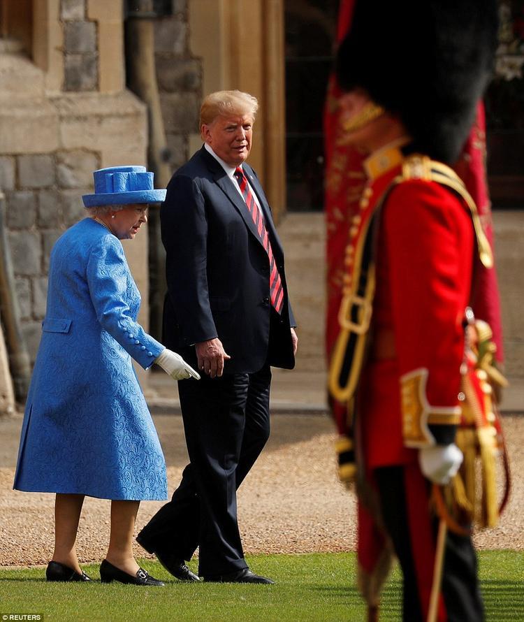 """Ông Trump phá vỡ quy tắc một cách trầm trọng khi rảo bước trước Nữ hoàng khi cả hai đang duyệt đội danh dự. Video ghi lại cho thấy, Nữ hoàng phát hiện ông Trump """"lạc điệu"""" nên đã cố gắng chỉ tay và yêu cầu ông di chuyển sang trái. Tuy nhiên, Tổng thống Mỹ không nhận ra chỉ dẫn này và đột ngột dừng lại phía trước mặt Nữ hoàng. Ảnh: Reuters"""