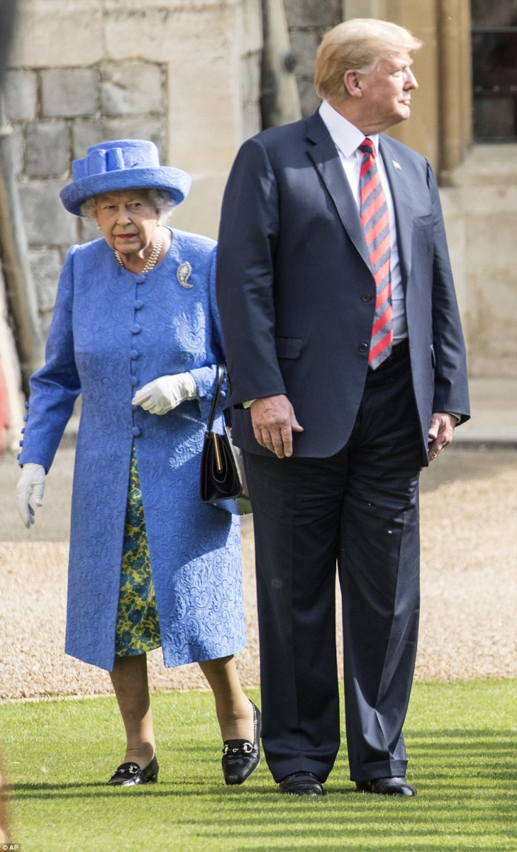 Người đứng đầu Hoàng gia Anh đành từ bỏ mọi nỗ lực để chỉ dẫn ông Trump di chuyển theo đúng quy tắc. Ông Trump sau đó tiếp tục đứng yên, nhìn chằm chằm về phía lực lượng cận vệ Hoàng gia Anh, những người đang đội mũ da gấu truyền thống dù nhiệt độ lúc đó là 27 độ C. Ảnh: AP