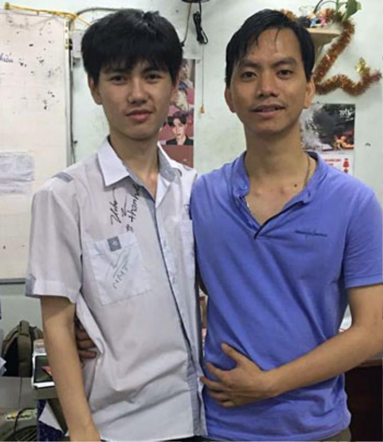 Nguyễn Tấn Chuyên (trái) và thầy giáo. Ảnh: Nguyễn Tấn.