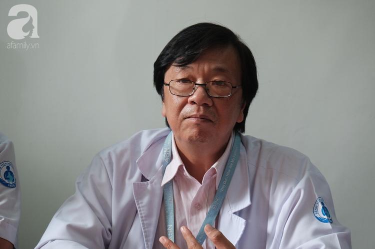"""Bác sĩ Đào Trung Hiếu cho biết, ông cùng các đồng nghiệp đắn đo trước việc dùng phương pháp phẫu thuật """"bắt cầu"""" cho bé."""