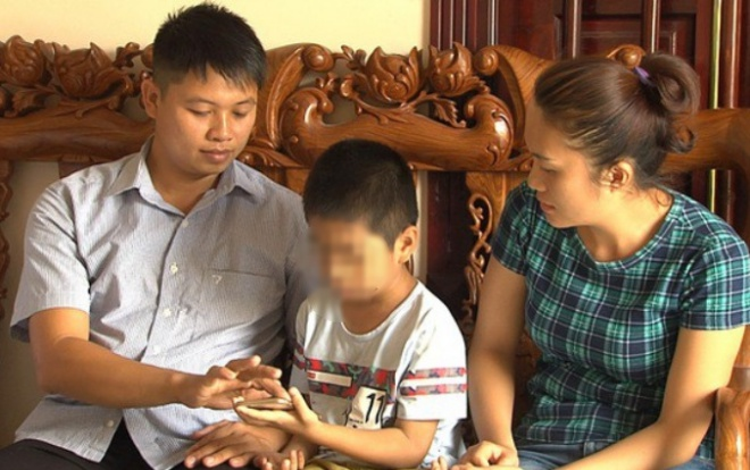 Vợ chồng anh Sơn bên người con trai nhận nhầm.