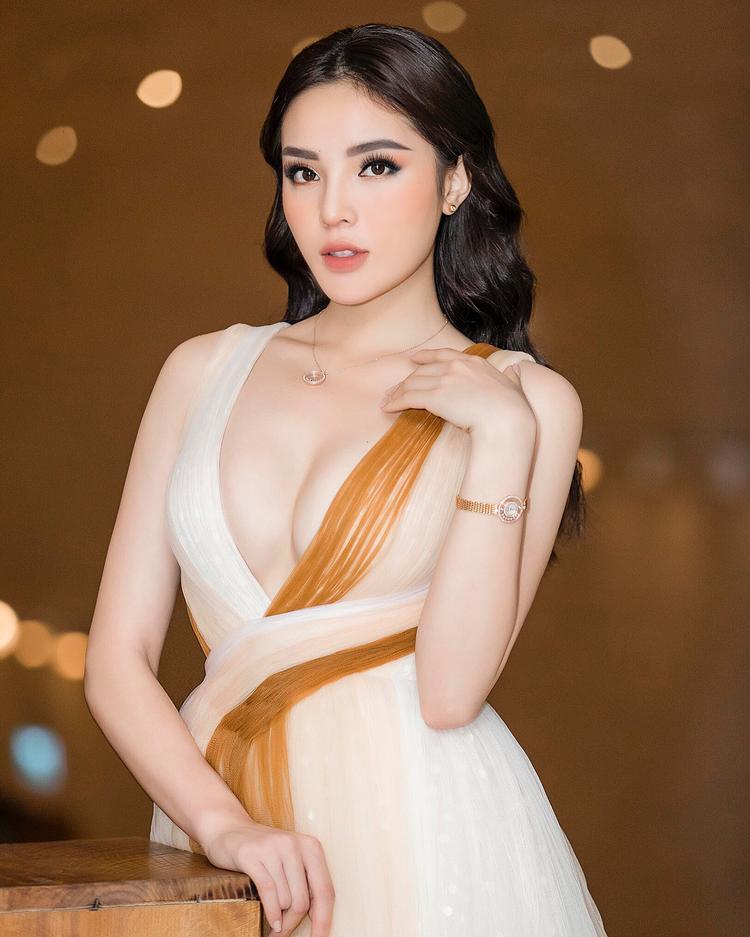 Gương mặt sắc sảo, làn da trắng nõn nà, đặc biệt là vòng 1 sau khi được nâng cấp đã thực sự làm cho sản phẩm của Lê Thanh Hòa phát huy hết những ưu điểm của mình.