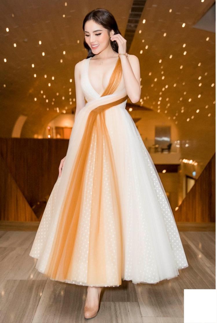 Thiết kế giúp người đẹp sinh năm 1996 khoe trọn vẻ quyến rũ, duyên dáng. Vòng 1 đầy đặn được phô diễn như thiêu đốt mọi ánh nhìn.