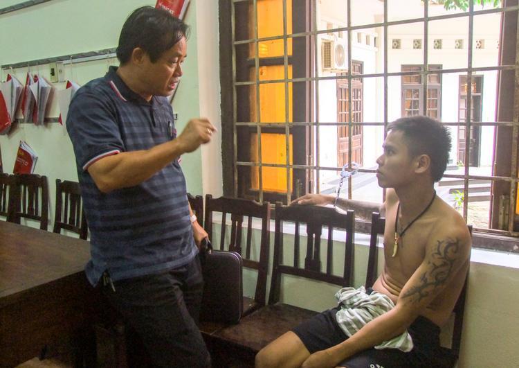 Đại tá Đặng Ngọc Sơn, Phó Giám đốc Công an tỉnh, Thủ trưởng Cơ quan Cảnh sát điều tra trực tiếp lấy lời khai nghi can. Ảnh: Trần Hồng.