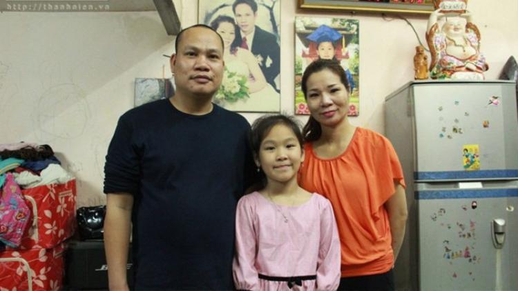 Chị Tạ Thị Thu Trang, người bị trao nhầm 42 năm, cùng chồng và con gái - Ảnh: TNO