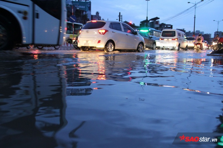 Một đoạn đường ngập sâu ở Phạm Văn Đồng.