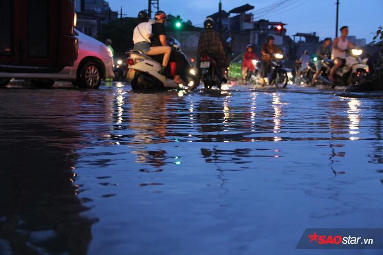 Khu vực ngập sâu ở mép đường nên mọi người đều cố gắng đi ra giữa đường.