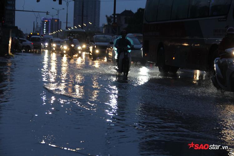 Mưa lớn khiến đường Phạm Văn Đồng bị ngập úng.