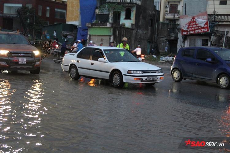 Tuy nhiên, mưa lớn cũng khiến việc di chuyển của người dân gặp nhiều khó khăn.