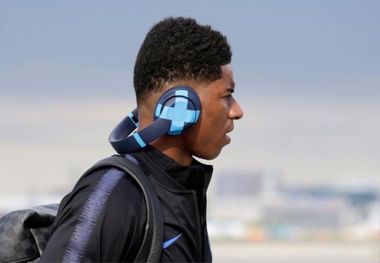 Trong hình ảnh bạn đang thấy, Marcus Rashford đeo một chiếc tai nghe thương hiệu Beats nhưng đã bị dán hình ảnh che logo.