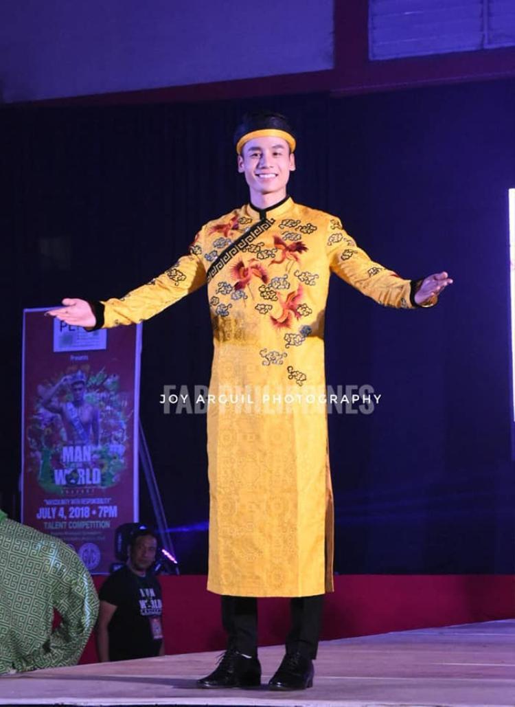 Xuân Tài trong phần thi trang phục dân tộc với hình ảnh chiếc áo dài ấn tượng.