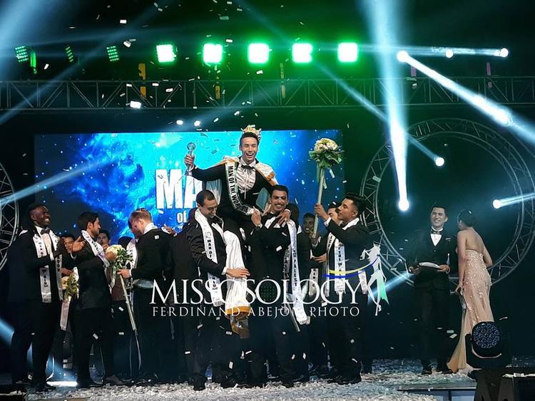 """Trước chiến thắng của đại diện Việt, các thí sinh nam vương tỏ ra hào hứng và có màn ăn mừng """"có một không hai."""""""