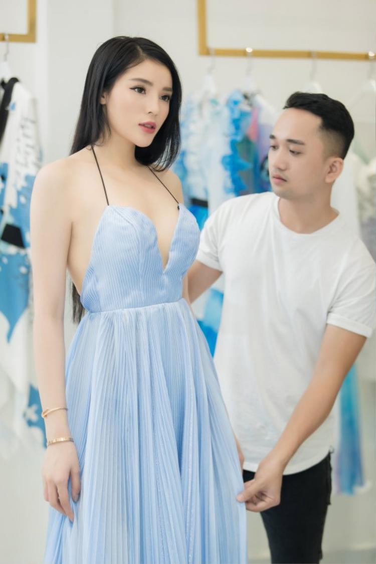 …Đến bộ váy cúp ngực quyến rũ.