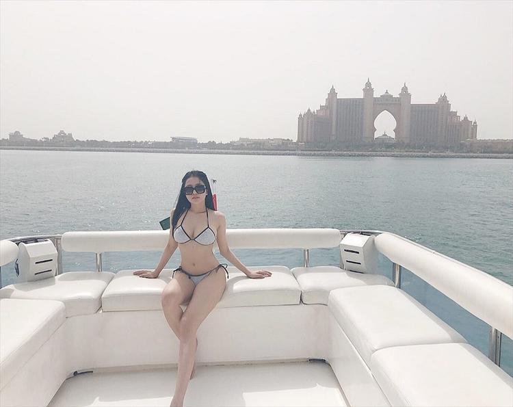 Hot girl Trâm Anh khoe vẻ nóng bỏng với áo hai dây đầy gợi cảm
