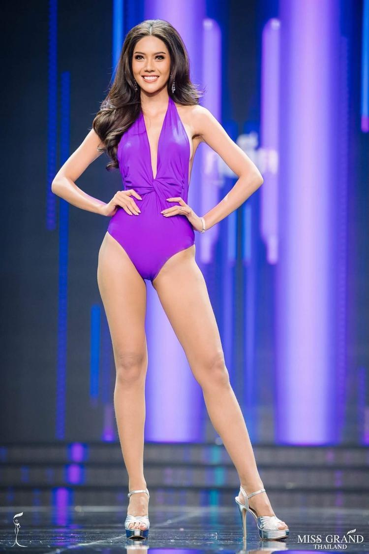 Được biết, tân hoa hậu Moss Namoey Chanapan năm nay tròn 24 tuổi, cô sở hữu chiều cao lí tưởng 1m80 cùng hình thể vô cùng nóng bỏng.