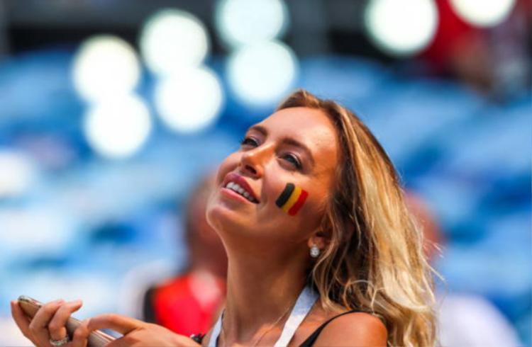 'Mất hồn' với dàn fan nữ tuyệt đẹp của tuyển Bỉ và Anh
