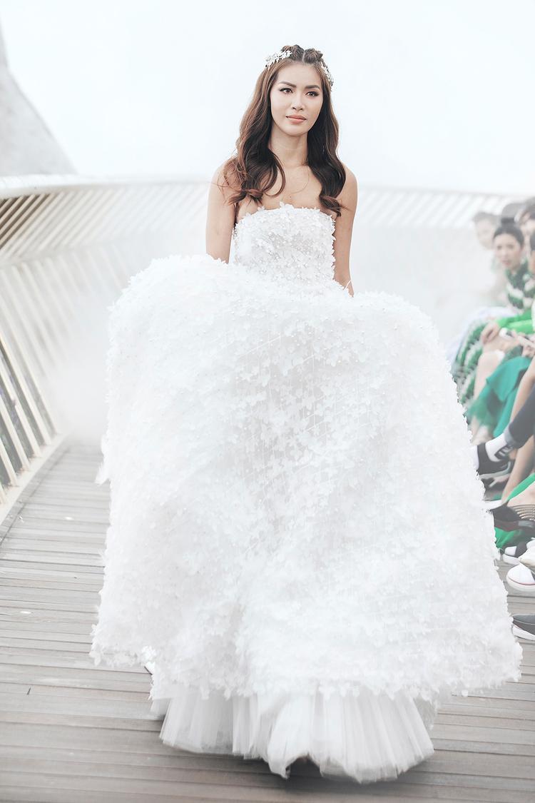 Xuất hiện với vị trí vedette, Minh Tú không khiến người hâm mộ thất vọng với hình ảnh cô dâu e ấp, nhẹ nhàng nhưng cực kỳ quyến rũ.