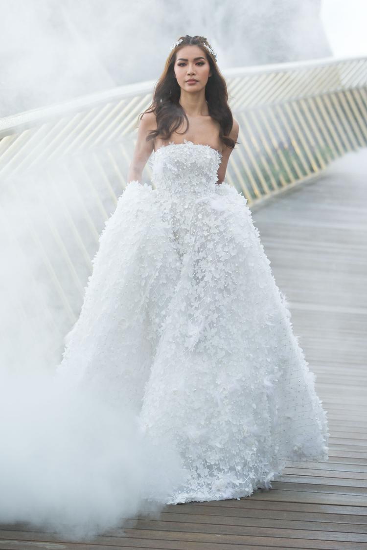 Người đẹp gây ấn tượng với phong thái catwalk tự tin, nét mặt biểu cảm thể hiện trọn vẹn nét thanh xuân rực rỡ của một cô dâu trong ngày cưới.