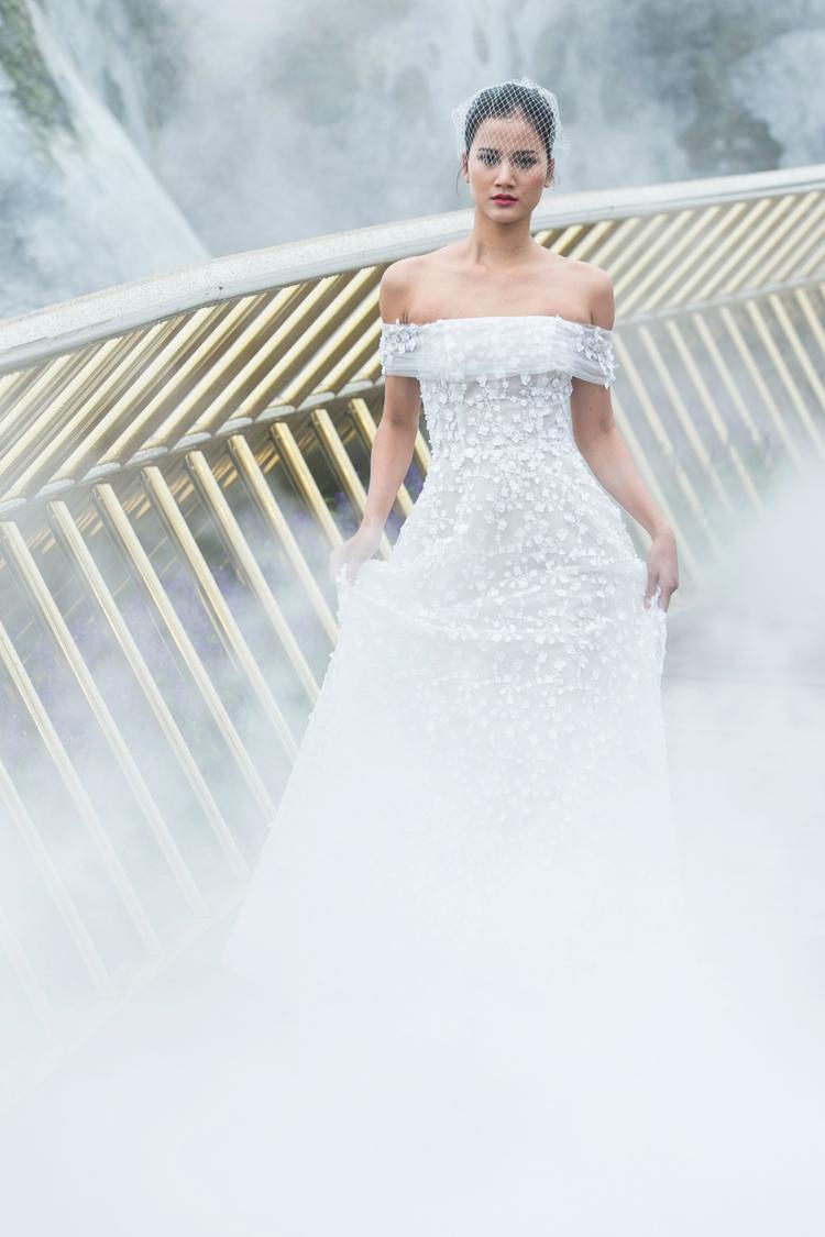 Các thiết kế tận dụng phom dáng đơn giản và sắc trắng căn bản nhất để khai thác vẻ đẹp của hoạ tiết và chất liệu.