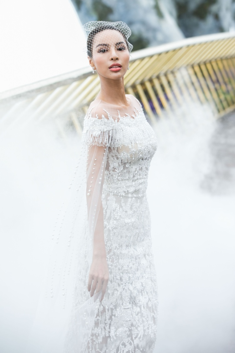 BST gồm 35 mẫu thiết kế hoàn toàn trên gam màu trắng tinh khôi.