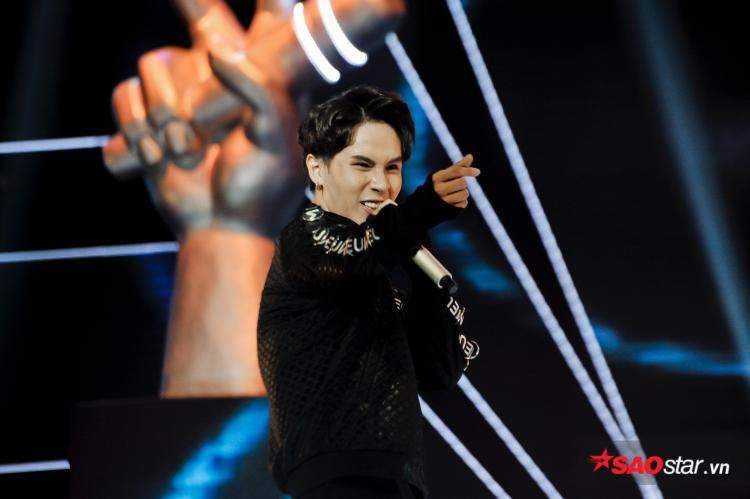 Trần Duy Anh cũng gây sốt với hit Xin đừng lặng imvà ngoại hình bắt mắt chuẩn người mẫu.