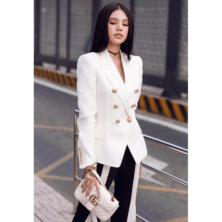 Jolie Nguyễn sang trọng, đẳng cấp cùng set đồ đen, trắng và túi xách Gucci.