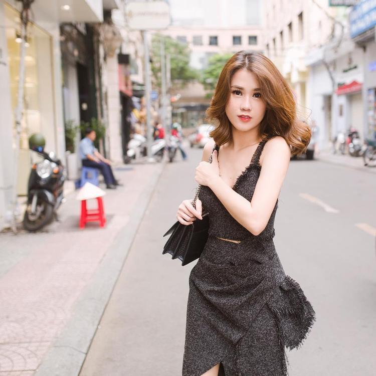 Trái ngược với Lý Nhã Kỳ, hot girl Ngọc Thảo lại tự cộng thêm tuổi cho bản thân khi mặc cả cây đen toàn tập cùng lối make-up, làm tóc già dặn.