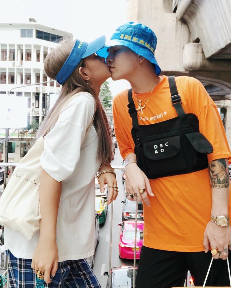 Decao, Châu Bùi tiếp tục theo đuổi phong cách cá tính, chất ngầu. Cả hai còn biết cách khiến khán giả ghen tỵ khi trao cho nhau nụ hôn tình cảm tại nước ngoài.