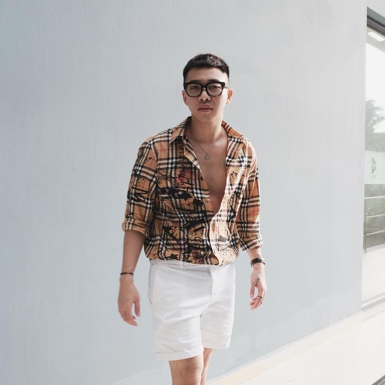Combo áo sơ-mi và quần short basic, nhưng đối với stylist chuyên trị hàng hiệu như Hoàng Ku thì chiếc áo đó cũng phải đến từ nhà mốt đắt giá Burberry mới được!