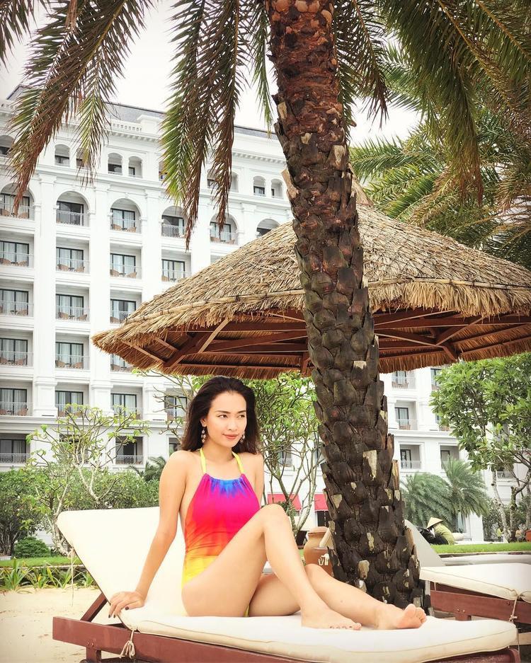 Phan Lê Ái Phương mang lại không khí ngày hè với áo tắm một mảnh, chuyển ombre ấn tượng.