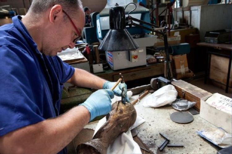 Sau khi dùng đục để loại bỏ các phần kim loại thừa là đến các giai đoạn đòi hỏi sự chi tiết và tỉ mỉ hơn. Lúc này quá trình đục đẽo thủ công chính xác đòi hỏi tay nghề của các nghệ nhân nhiều kinh nghiệm. Pietro là một nhân sự thuộc bộ phậm chạm khắc của Bertoni.