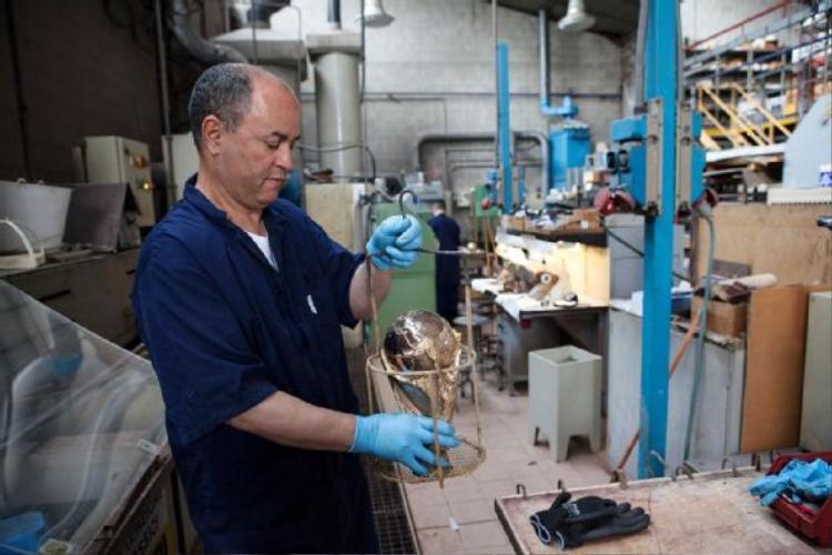 Sau khi các quá trình nói trên được hoàn thiện, chiếc cúp đã sẵn sàng được chuyển đến bộ phận điện galvanic. Đây là Abdelkader, một người Morocco đã làm việc tại Bertoni suốt 16 năm.