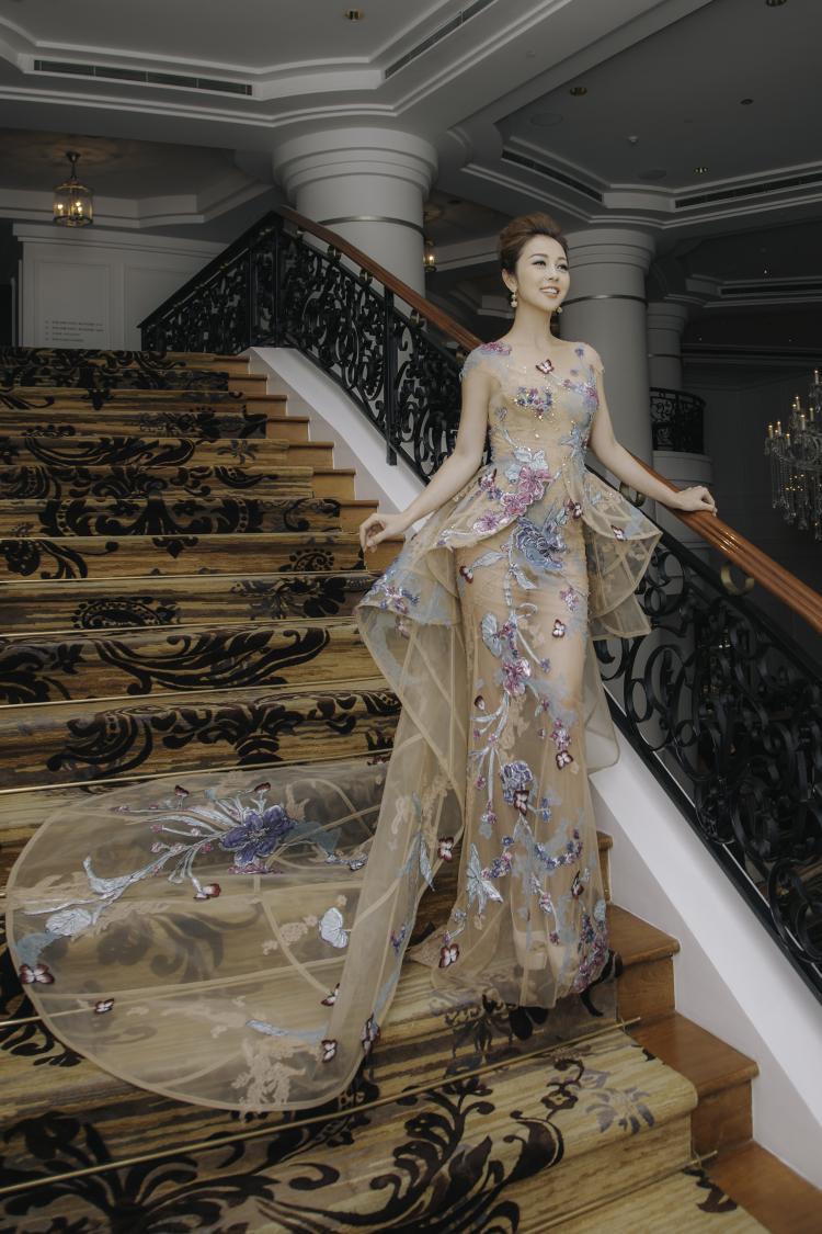 Chiếc đầm dài tha thướt thêu đính hoa rơi của NTK Hoàng Hải đem lại vẻ đẹp nhẹ nhàng cho Jennifer Phạm. Những thiết kế của anh luôn được nhiều sao Việt ưa thích và giúp họ nằm trong top sao đẹp tuần.