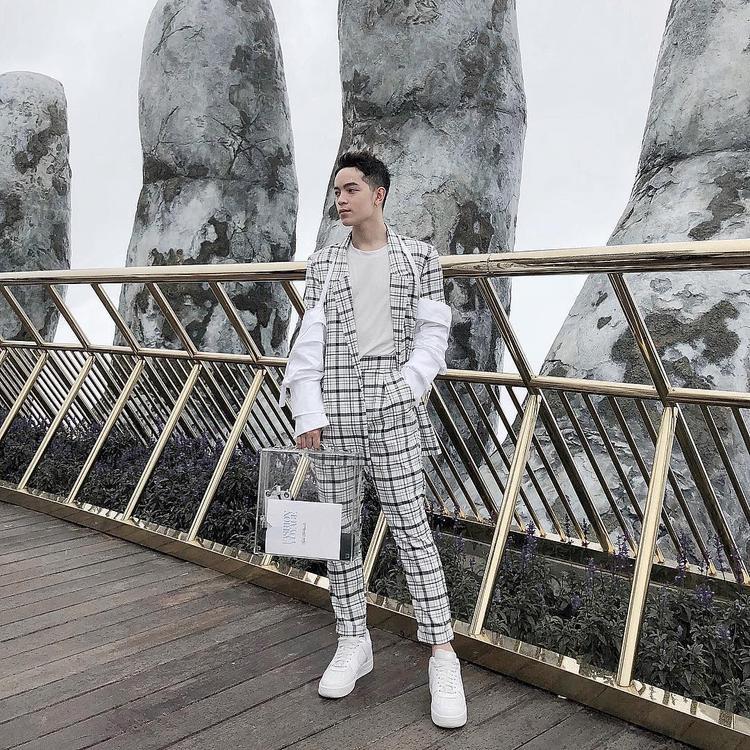 Kelbin Lei tiếp tục theo đuổi phong cách cá tính với cây vest đồng họa tiết và giày sneaker, túi trong suốt đúng mốt ngày hè.