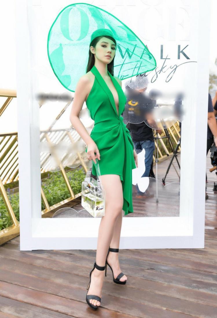 Chiếc váy xẻ sâu quyến rũ kết hợp cùng phụ kiện mũ rộng vành và túi xách trong suốt đúng mốt đem lại cho Jolie Nguyễn vẻ ngoài nổi bật, thu hút ánh nhìn của người đối diện.