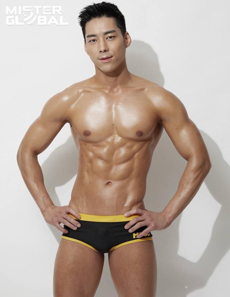 Thân hình rắn rỏi không chút mỡ thừa của thí sinh đại diện xứ sở kim chi - Hàn Quốc. Ngoại hình của nam vương này khiến nhiều chị em xao xuyến.