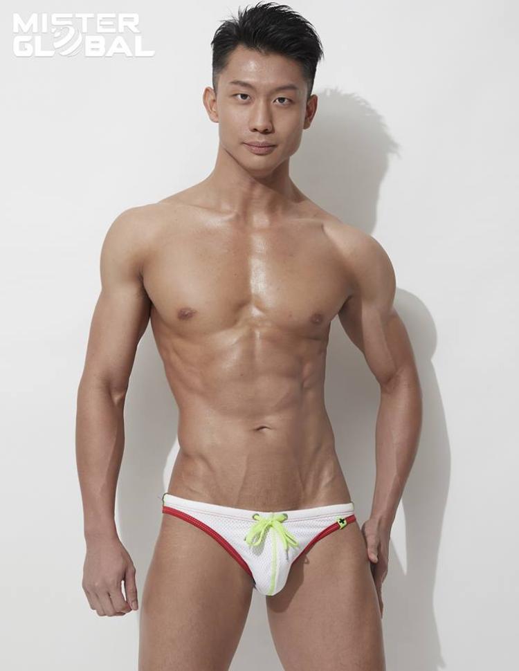 Phô diễn hình thể vạm vỡ, táo bạo với trang phục bikini, dàn Nam vương năm nay khiến người xem khó rời mắt. Trong hình là mỹ nam đến từ đất nước sư tử - Singapore.