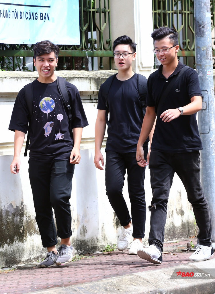 Nhóm nam sinh hút ánh nhìn với ngoại hình sáng và phong cách thời trang đơn giản, trẻ trung.