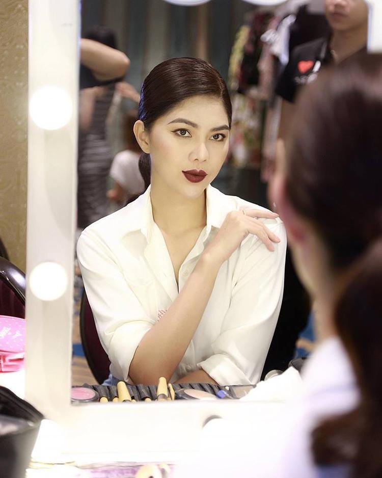 Cô đến từ Tây Ninh và sở hữu chiều cao 1,77 m. Chân dài từng đoạt nhiều giải thưởng trong các cuộc thi người mẫu tại Việt Nam và thế giới.