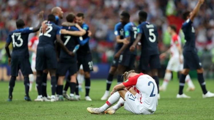 Trung vệ Vida ôm đầu gục xuống trên sân. Ảnh: Fifa.com.