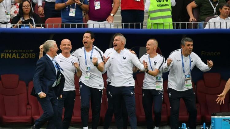 Trên băng ghế chỉ đạo, HLV Didier Deschamps cùng các cộng sự không giấu nổi nét rạng rỡ trên khuôn mặt. Ảnh: Fifa.com.