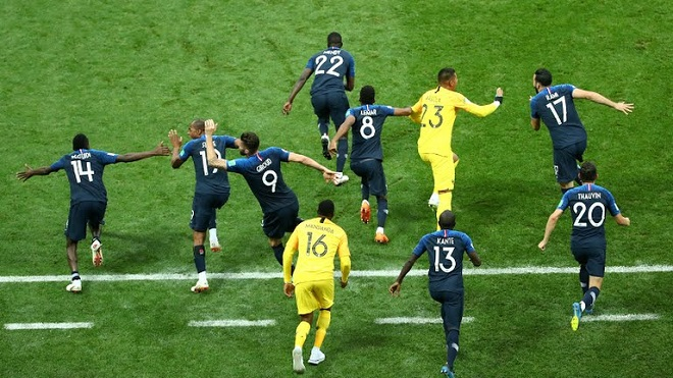 Các cầu thủ dự bị bên phía ĐT Pháp tràn vào sân chia vui cùng các đồng đội. Ảnh: Reuters.