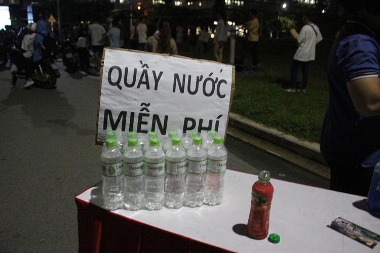 Nước uống phục vụ miễn phí được đặt tại bàn cho những ai có nhu cầu