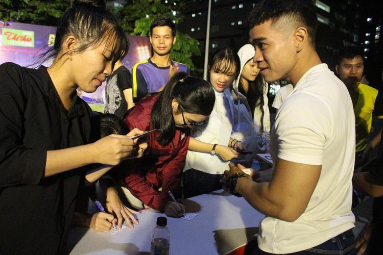 Trước khi chờ xem trận đấu, các bạn sinh viên cùng thử vận may của mình bằng những phiếu thăm từ BTC
