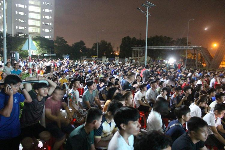 Hàng ngàn bạn sinh viên cùng nhau tập trung ở màn hình trước tòa nhà BA1 để đón xem