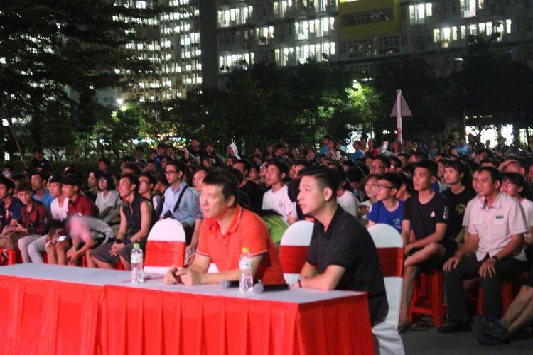 Bình luận viên Quang Huy cũng được mời đến để hòa chung không khí cùng sinh viên