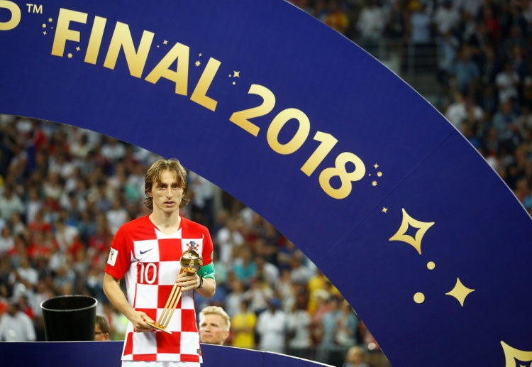Luka Modric buồn tê tái trên bục nhận Qủa bóng vàng World Cup 2018. Ảnh: Reuter